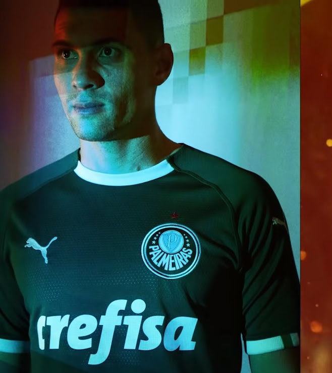 4aee8dbd59b PUMA PALMEIRAS 2019 HOME KIT. It has a white collar and short sleeves with  detail of the Italian flag on the cuffs, honoring the origin of the club.